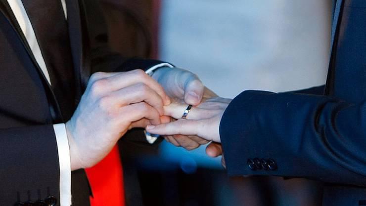 Zwei schwule Männer schliessen den Bund fürs Leben (Symbolbild). Das oberste US-Gericht hat gleichgeschlechtliche Ehen landesweit für zulässig erklärt.