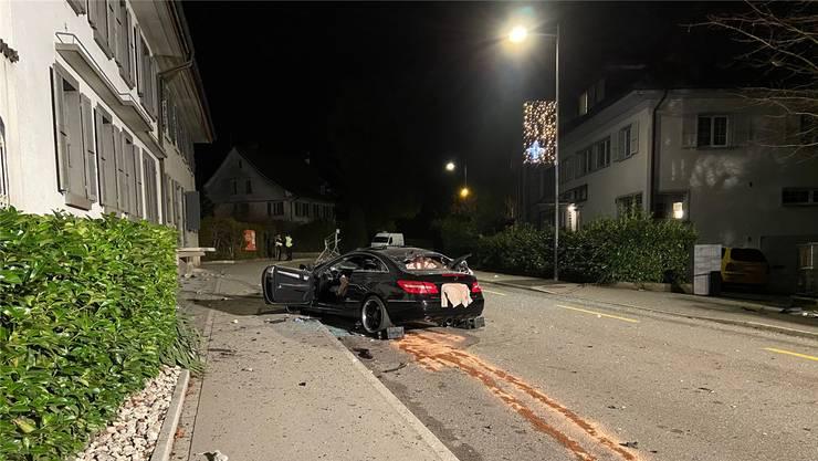 Der völlig demolierte Mercedes nach dem verheerenden Unfall – der Lenker überlebte nicht.
