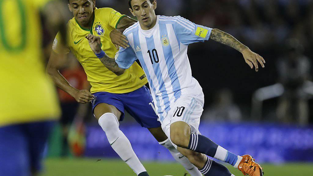 Angel Di Maria (rechts) behauptet den Ball gegen Luiz Gustavo