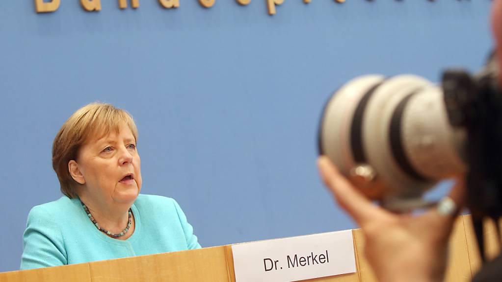 Bundeskanzlerin Angela Merkel (CDU) sitzt in der Bundespressekonferenz und stellt sich den Fragen der Hauptstadt-Journalisten. Sie sagte am Donnerstag, es sei noch nicht gelungen, für die EU eine gemeinsame Asylpolitik festzulegen. Dies sei eine schwere Bürde für die EU und müsse gelöst werden. Foto: Wolfgang Kumm/dpa