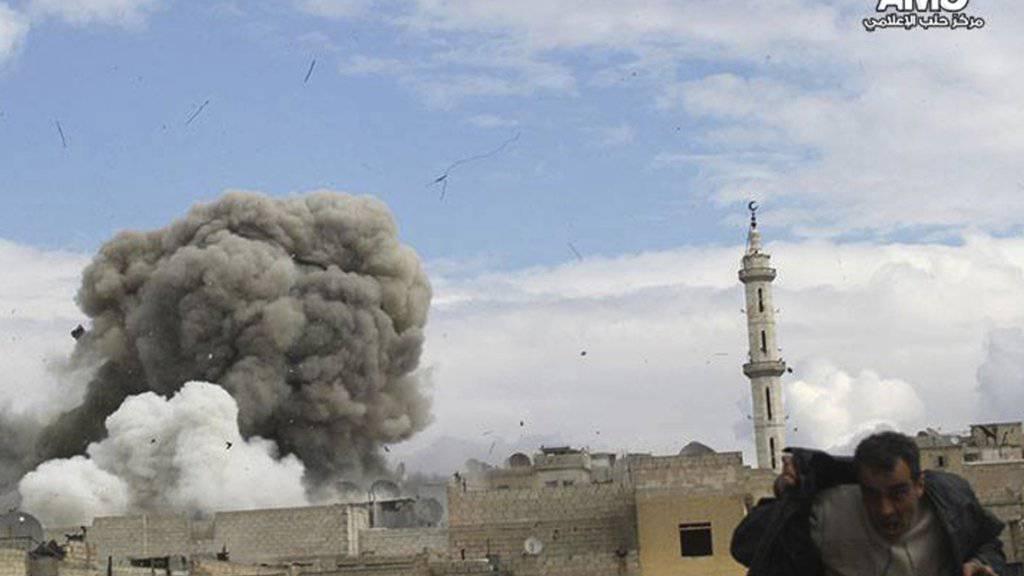 Bewaffnete Konflikte verlagern sich nach einer neuen Studie immer mehr in urbane Regionen. (Archivbild von Angriffen in der syrischen Stadt Aleppo)