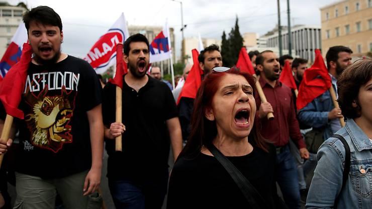 Aus Protest gegen neue Sparmassnahmen haben Tausende Griechen gestreikt und das öffentliche Leben teilweise lahmgelegt. Zur Abstimmung steht im Parlament unter anderem die 13. Kürzung der Renten seit 2010.