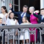 Der Jubilar winkt der Menge zu, umringt von seiner Familie, rechts von ihm Königin Margrethe und links seine Gattin Mary.