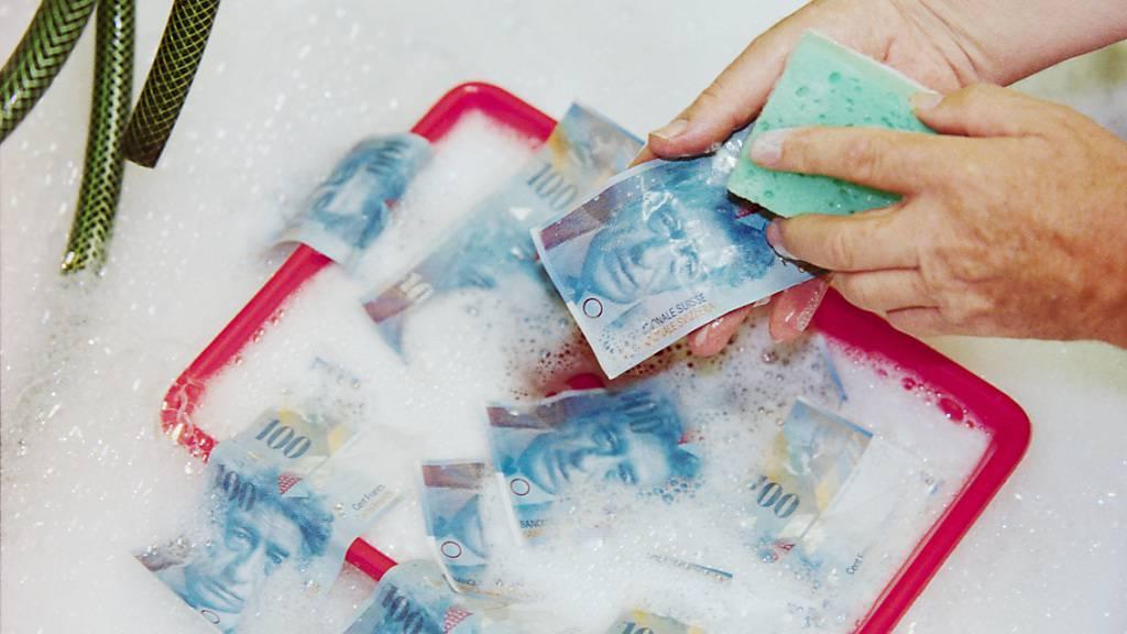 Die Schweiz muss ihre Geldwäschereiregeln an internationale Vorgaben anpassen. Das Parlament hat sich nun für eine Mini-Reform entschieden. (Symbolbild)