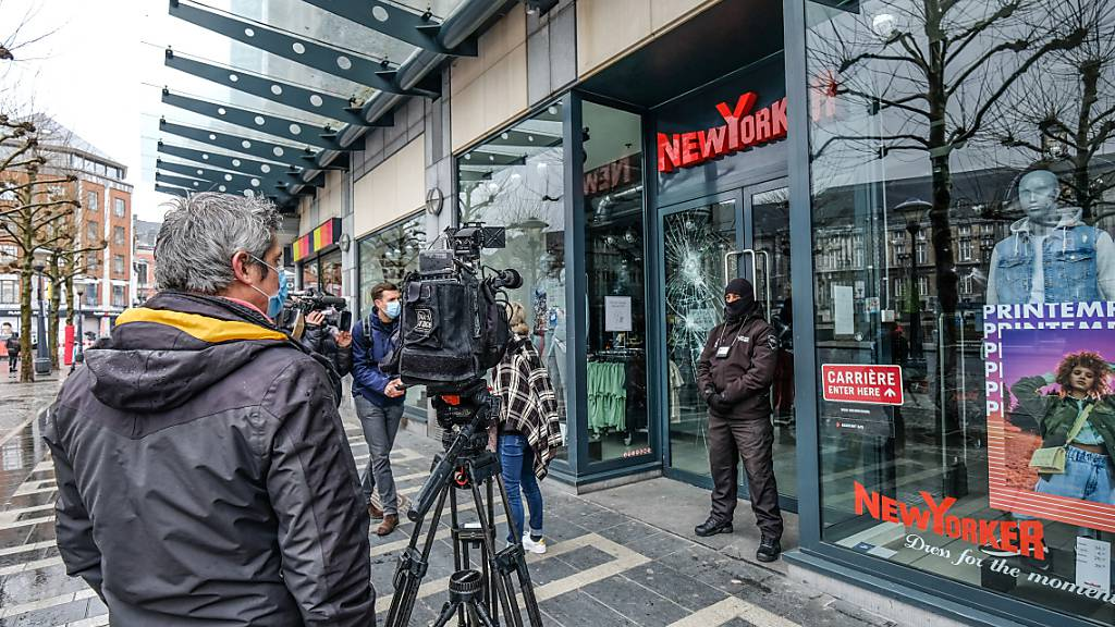 Fernsehkameras sind vor einer Filiale des Modeunternehmens New Yorker aufgestellt, die bei einem «Black Lives Matter»-Protest von Demonstranten beschädigt wurde. Foto: Bruno Fahy/BELGA/dpa