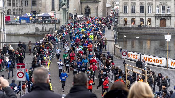 Zuschauert feuern Läufer beim 40. Silvesterlauf an.