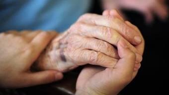 Mit liebevollem Rat zur Seite stehen: Das hilft älteren Menschen in dieser Krise. (Symbolbild)