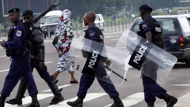 Kongolesische Sicherheitskräfte überqueren in Kinshasa eine Strasse