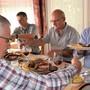 Regierungsrat Markus Dieth (rechts) folgt der Einladung von Gemeindeammann Roland Frauchiger (links) ins Restaurant Weingarten und lässt sich eine Schlachtplatte schmecken. Mit am Tisch sitzen Kellermeister Heinz Simmen (hinten) und Geschäftsführer Hans Peter Kuhn von der Weinbaugenossenschaft Schinznach.