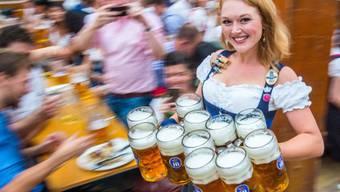Das Herzrasen am Oktoberfest liegt nicht unbedingt an der reizenden Bedienung: Das Bier bringt das Herz aus dem Rhythmus, wie Müncher Forscher festgestellt haben.
