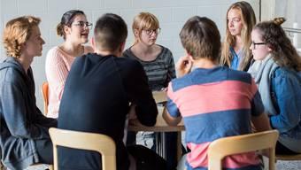 Bei den Themen Wahlwerbung und politische Bildung gehen die Meinungen der sieben Kantonsschüler auseinander: Max, Sina, Nicola, Fiona, Nicolas, Leonie und Yara (v. l. n. r.)