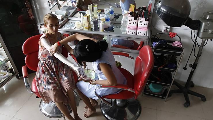 """Auch in Kambodscha werden Bleichmittel zur Aufhellung der Haut angewendet. Sie wollen gut aussehen, """"wie reiche Leute"""", ist eines der Argumente, das Frauen für eine Aufhellung der Haut ins Feld führen."""