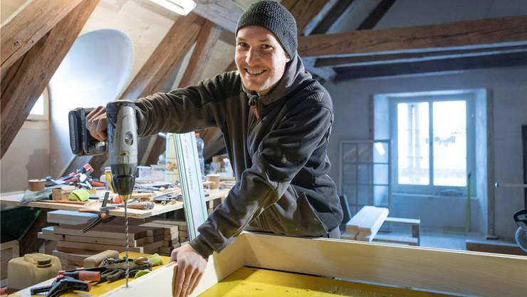 In seiner Kleinschreinerei unter dem Dach arbeitet Simon Heusser momentan an Rahmen für die über 200-jährigen Fenster. Fotos: Chris Iseli