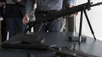 Die Schweizer SIG-Sturmgewehre sind Exportschlager. Der Bundesrat will der Rüstungsindustrie mehr Exporte ermöglichen. (Symbolbild)