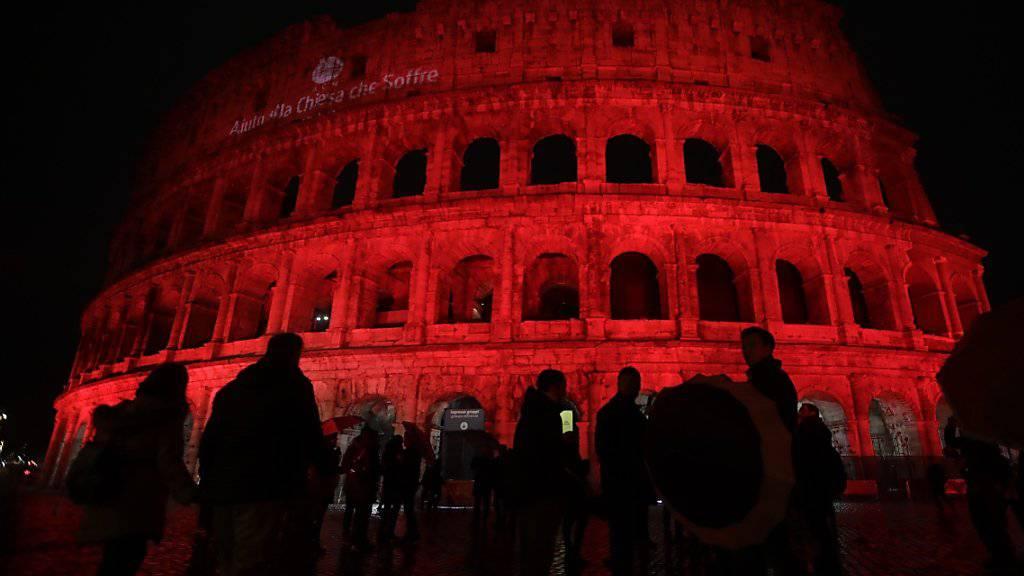 Das blutrot beleuchtete Kolosseum in Rom erinnert an die verfolgten Christen in aller Welt