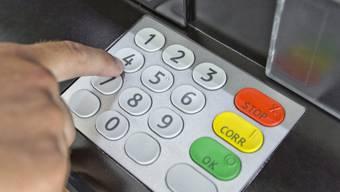 Vorsicht beim Bargeldbezug am Automat.
