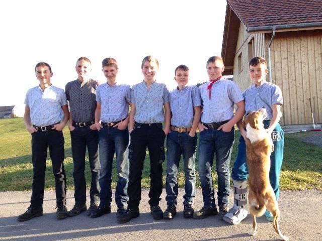 Im Edelweisshemd: Die sieben Jungs aus Schwellbrunn. Bild: FM1Today, Michael Ulmann