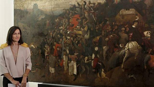 Die spanische Kulturministerin Angeles Gonzalez Sinde präsentiert das Gemälde