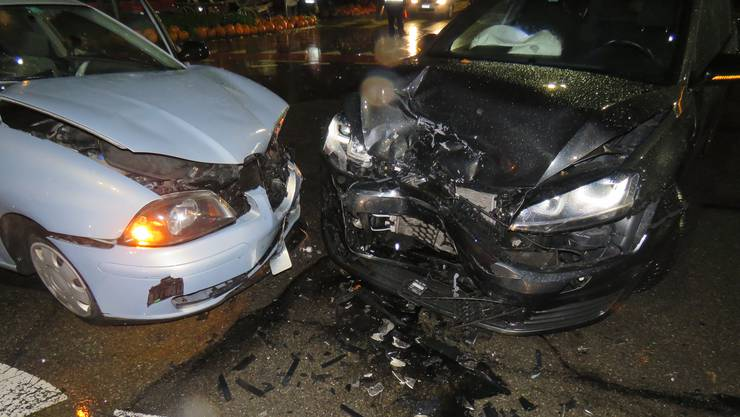 Spreitenbach AG, 30. Oktober: In Spreitenbach stiessen zwei Fahrzeuge zusammen. Dabei haben sich vier Personen leicht verletzt und mussten sich in Spitalpflege begeben.