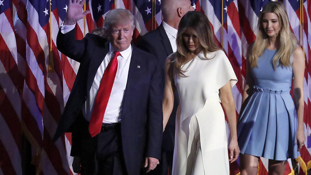 Donald Trump mit seiner Frau Melania am Abend seines Wahlsiegs: Das Ehepaar kann am Donnerstag einen ersten Augenscheins seiner neuen Arbeits- und Wirkungsstätte nehmen.
