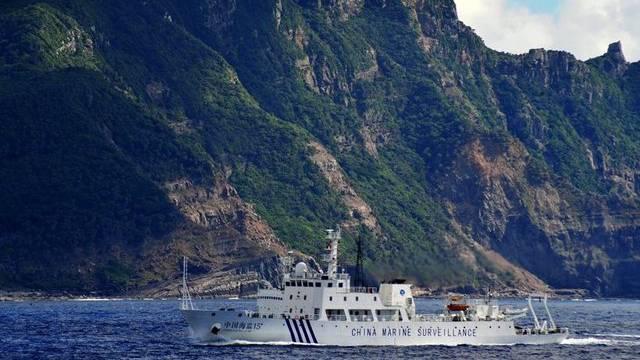 Ein chinesisches Schiff vor der umstrittenen Inselgruppe (Archiv)