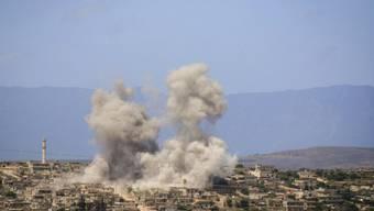 Die Aufnahme der oppositionellen Hilfsorganisation Weisshelme zeigt eine Stadt im Süden der Provinz Idlib nach russischen Luftangriffen am Freitag. (Archivbild).