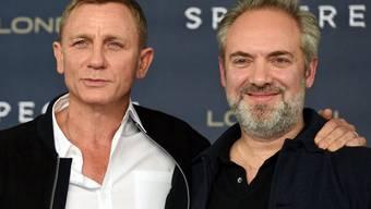 """Regisseur Sam Mendes - hier mit """"seinem"""" Bond-Darsteller Daniel Craig - wird Jurypräsident an der Biennale Venedig. (Archivbild)"""