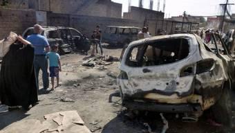 Zerstörte Autos nahe einer schiitischen Moschee in Bagdad