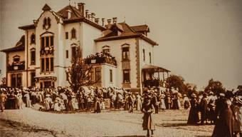 Das Krankenasyl bei der Eröffnung 1902. Im neu eingerichteten Geburtenzimmer kommen 1911 neun Kinder zur Welt.