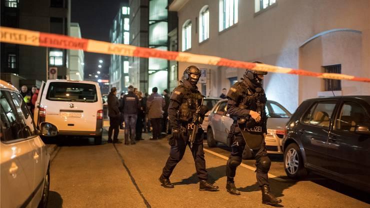 Eine Spezialeinheit sperrte das Gebiet rund um das Islamische Zentrum Zürich (rechts) ab.KEYSTONE/Ennio Leanza