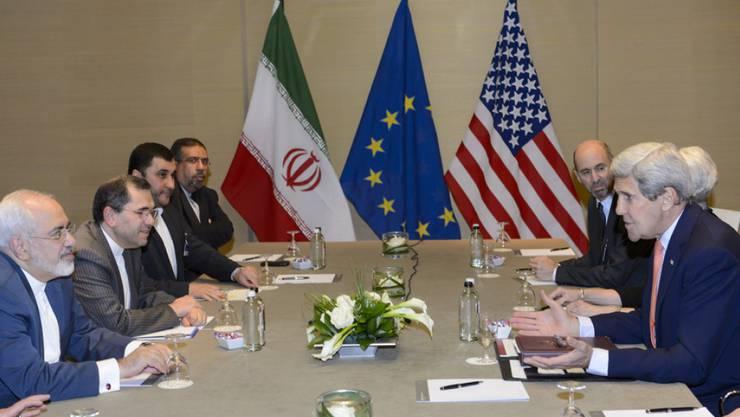 Die beiden Verhandlungsdelegationen am Samstag in Genf unter Leitung von US-Aussenminister John Kerry (vorne rechts) und von Irans Aussenminister Mohammed Dschawad Sari (vorne links)