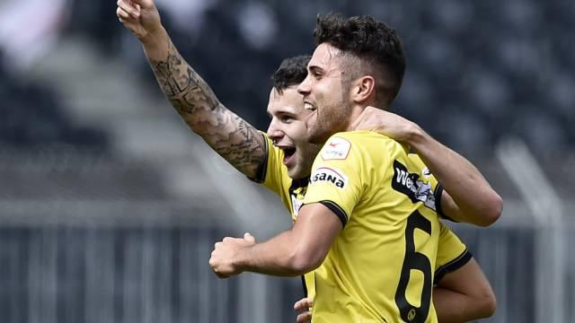 Renato Steffen (l.) und Leonardo Bertone feiern das 1:0 von YB