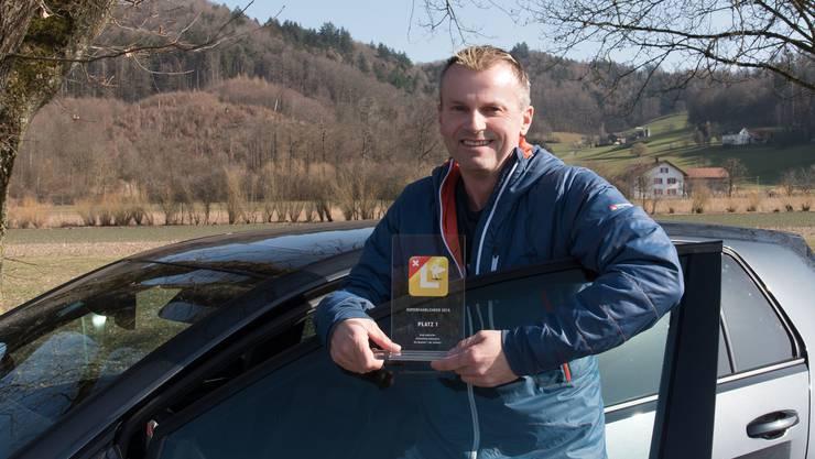Andy Aebischer posiert mit seiner Auszeichnung für den «Superfahrlehrer 2019».