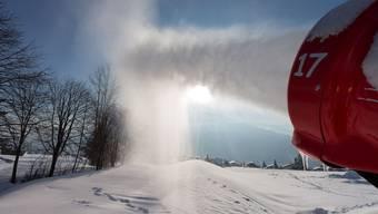 In der Schweiz herrschen schlechte Schneeverhältnisse, weshalb die Einheimischen die Pisten den Touristen überlassen sollen.