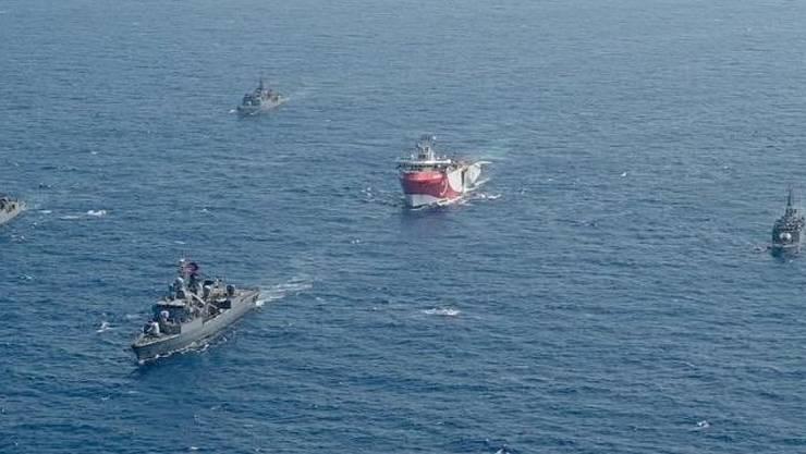ARCHIV - Das türkische Forschungsschiff «Oruc Reis» (M) fährt in Begleitung türkischer Kriegsschiffe über das Mittelmeer (bestmögliche Qualität). Die Spannungen im Streit um Erdgas im östlichen Mittelmeer dauern an. Foto: -/IHA/AP/dpa