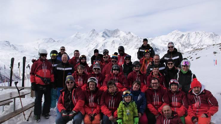 Zum Jubiläum erhielten alle Teilnehmenden eine neue rote Skijacke