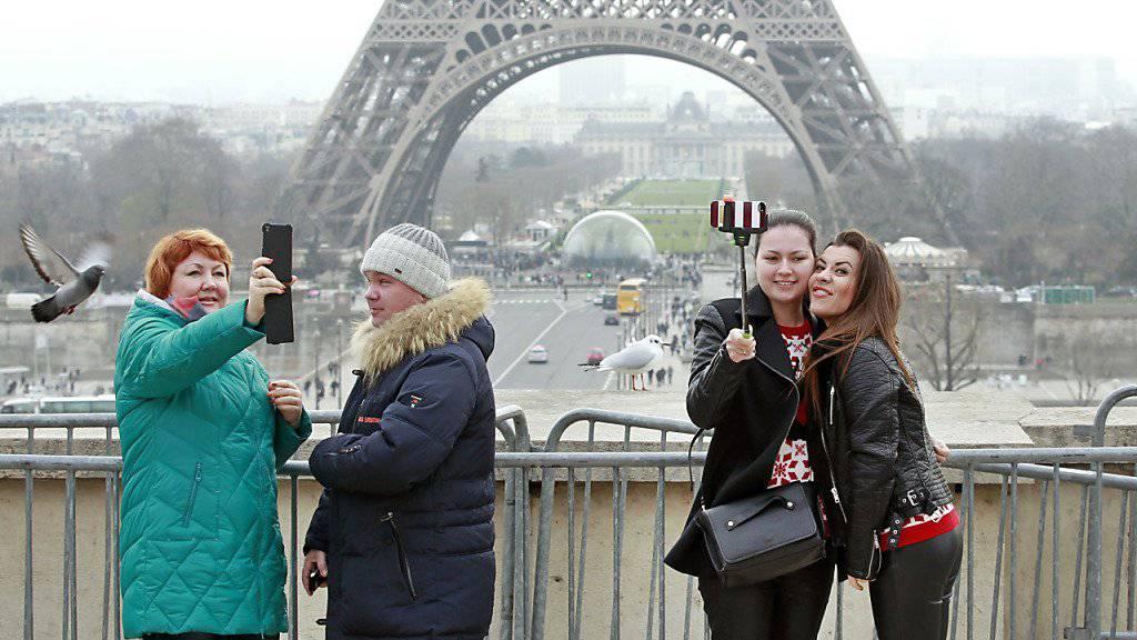 Touristen beim Selfie-Schiessen vor dem Eiffelturm: Derzeit dürften es etwas weniger sein als sonst.
