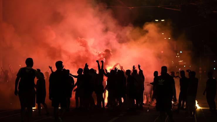 Die Fans empfangen die YB-Spieler im Wankdorf mit Pyros.