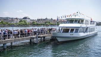 Kein Gehör für Petitionäre: Kursschiffe auf dem Zürichsee dürfen beim An- und Abfahren auch in Zukunft nicht hornen. (Archiv)