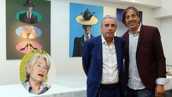 Verwaltungsratspräsident Verena Diener spricht von einem Missverständnis: nicht alle Bilder der Binz-Ausstellung im Kantonsspital Olten hätten abgehängt werden sollen. Auf dem Bild der Kunstmaler Jörg Binz (links) mit Vernissage-Redner und Autor Pedro Lenz.
