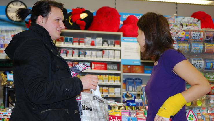 Noch kann Mina Vere Haliti (l.) am Kiosk im KSA Zigaretten einkaufen, begleitet von ihrer Tochter. Bal Noch kann Mina Vere Haliti (l.) am Kiosk im KSA Zigaretten einkaufen, begleitet von ihrer Tochter.Bal