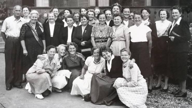 Foto um 1953: Frauen- und Töchterchor Birmensdorf (heute Frauenchor Birmensdorf) mit ihrem ersten Dirigenten Walter Iten.
