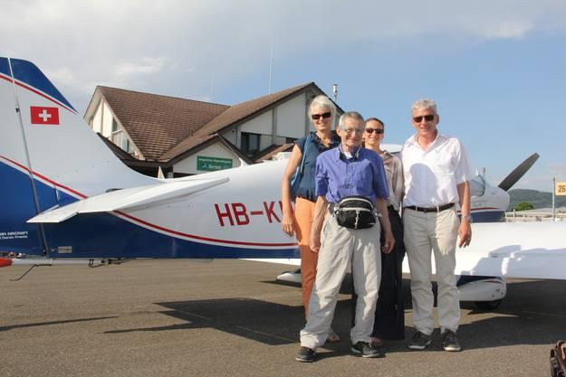 Überglücklich nach der Landung (v. l.) Verena Kalt vom Trauertreff Zurzach, Patient Peter Kobert, frewillige Begleiterin Daniela Zumsteg und Piloz Heinz Wyss.