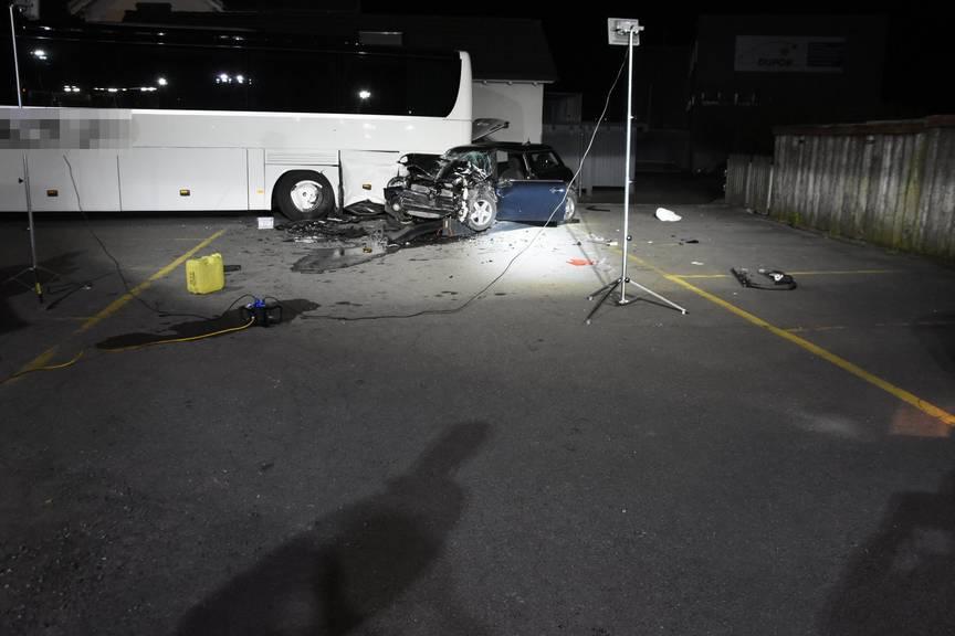 Am Auto entstand einen Totalschaden (Bild: Kapo SG)