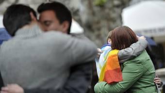LGBT-Menschen küssen sich aus Protest gegen die Homo- und Transphobie in der Öffentlichkeit.