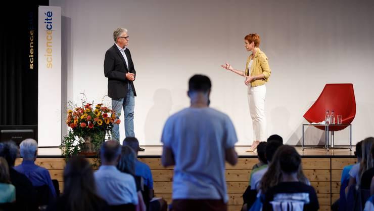 Sandra Boner stellt Thomas Stocker dem Publikum vor.