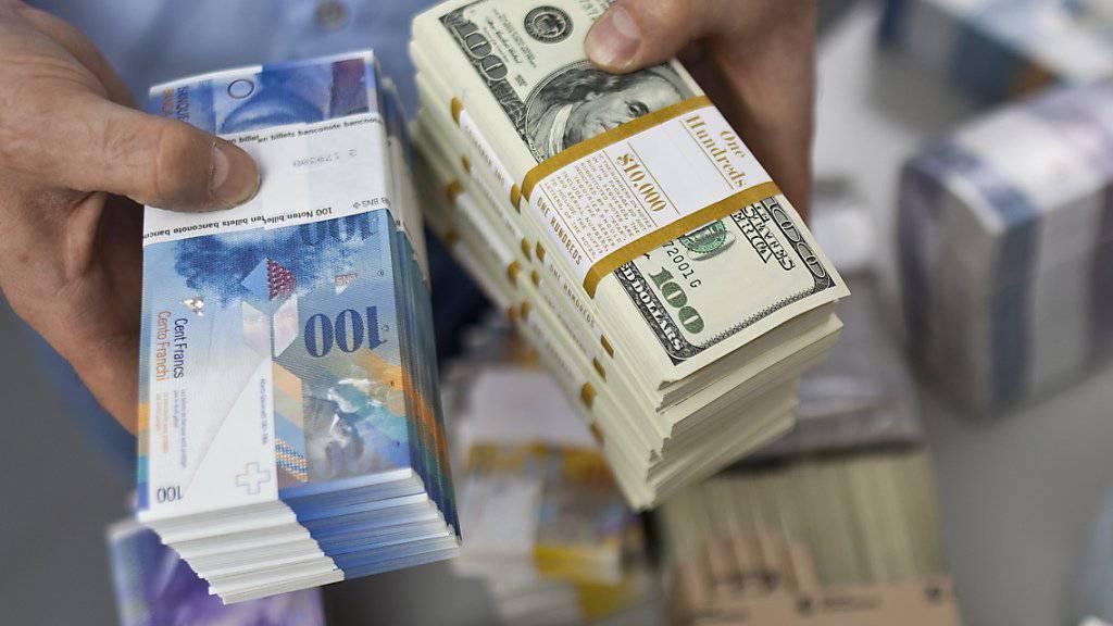 Der Devisenberg der SNB ist gewachsen. Grund dafür sind gemäss Analysten aber kaum weitere grosse Käufe ausländischer Währungen. Weil sich der Franken gegenüber dem Dollar abgeschwächt hat, sind die Devisenreserven der SNB, die in Dollar angelegt sind, mehr Wert.