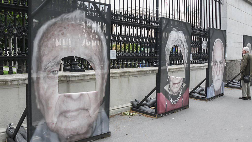 In Wien sind zum dritten Mal innert weniger Tage Porträtfotos von Überlebenden der NS-Verfolgung zerschnitten worden. Die Bilder werden im Rahmen der Ausstellung «Gegen das Vergessen» entlang der Ringstrasse vor dem Heldenplatz gezeigt.