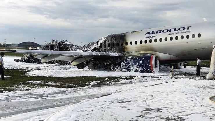 Die ausgebrannte Aeroflot-Maschine steht auf dem Scheremetjewo-Flughafen in Moskau.