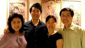 Lang Lang war mit seiner Mutter (links) zu Besuch im Restaurant von Qiulin Luo und seiner Ehefrau (rechts).